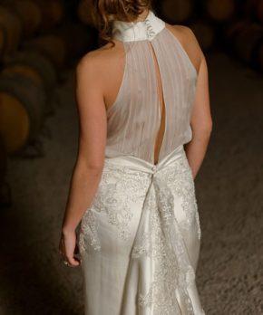 Vestido de novia de seda diseñado por Karyn Coo con bordados