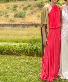 Vestido de madrina rosado plisado con corte en la cintura