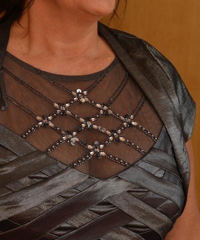 Vestido de madrina gris de satin con pedreria