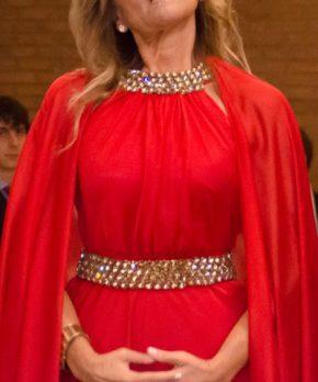 Madrina con vestido rojo escote halter con pedreria dorada