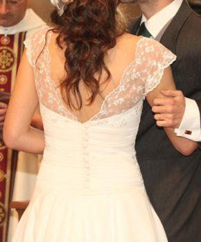 Novia con vestido de gasa con encaje en las mangas y espalda reducida
