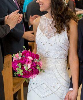 Detalle vestido de novia con parte superior de pedrería en tonos plateados y blancos