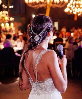 Espalda de vestido de novia con pedreria en tonos blancos y plateados