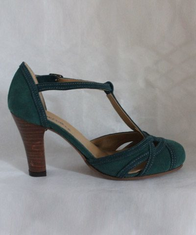 Novia con zapato esmeralda de gamuza