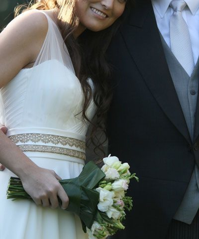 Vestido de novia de gasa con escote de corazon y transparencias en las mangas