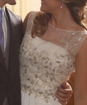 Vestido de novia bordado con cuello alto transparente