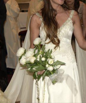 Vestido de novia de seda con pedreria en el escote y encaje