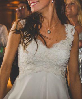 Detalle vestido de novia con encaje y capas de gasa