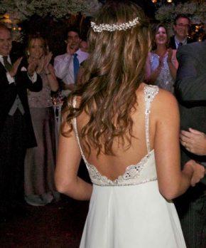 Vestido de novia con espalda rebajada bordada en pedreria plateada