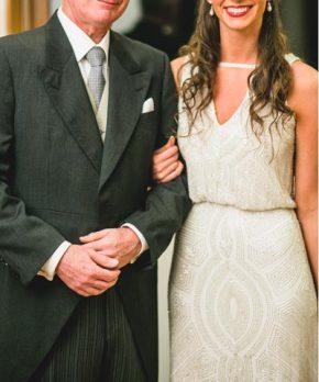 Vestido de novia con pedreria y escote en v