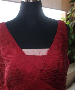 Vestido de madrina de seda color guinda cuello en v