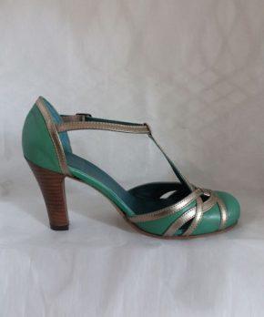 Novia con zapato verde y dorado