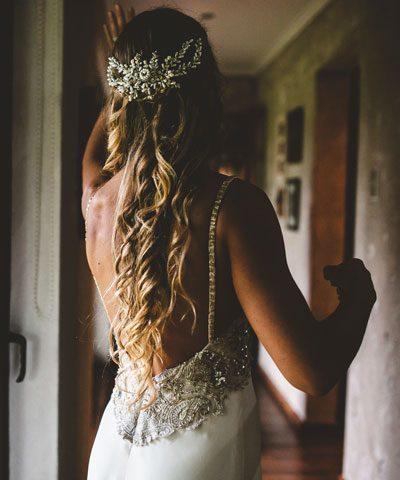 Novia con espalda reducida y bordado a mano en tonos plata