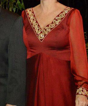 Madrina con vestido rojo con aplicaciones doradas