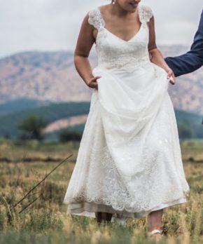 Vestido de novia con escote en v y bordados