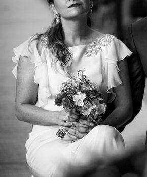 Novia con vestido con manguitas y aplicaciones