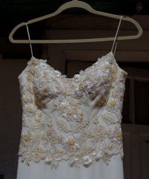 Vestido de novia con bordados en tonos dorados