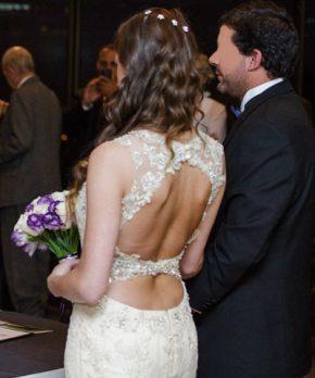 Espalda de vestido usado de novia con pedrería y encaje