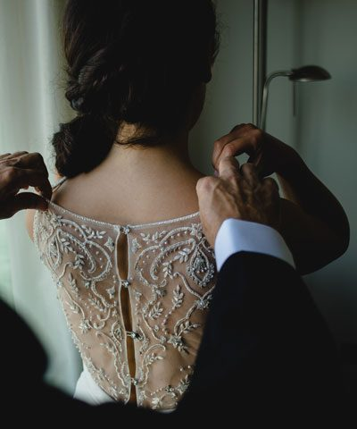 Espalda del vestido bordada en pedreria