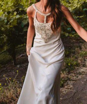 Novia con vestido de seda y pedreria