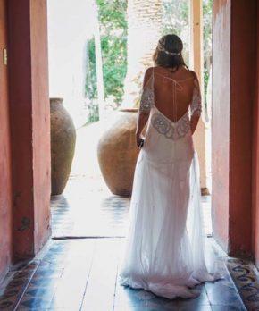 Espalda de vestido de novia rebajada con pedreria plateada en el borde