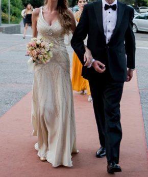 Vestido de novia color champagne con corte en la cadera
