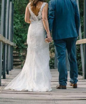 Vestido de novia de encaje y flecos en la pollera