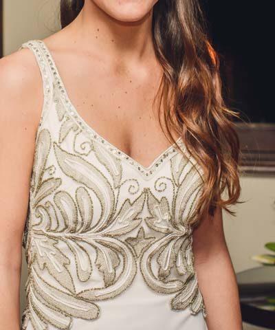 Vestido de novia con escote profundo y pedreria dorada