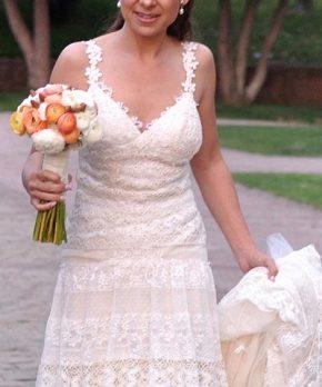 Vestido de novia con escote en v y tirantes de encaje