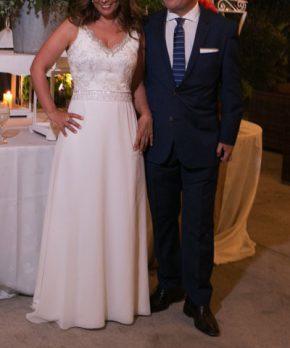 Vestido de novia con corte en la cintura y bordado