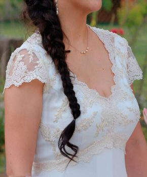Novia con vestido con top de encaje, manguitas y escote en v