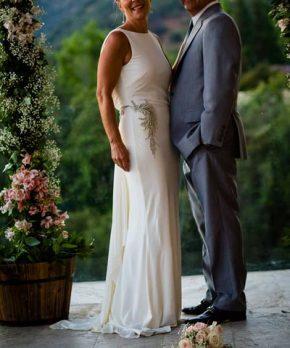 Vestido de novia de seda con escote alto y pedreria en los costados