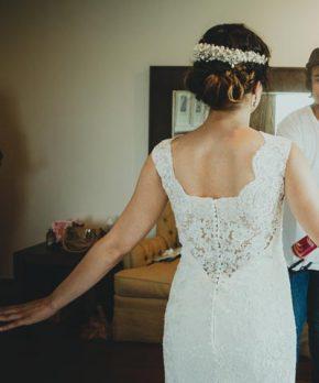 Vestido de novia ajustado con encaje y transparencias