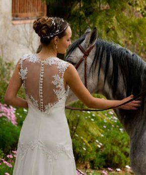 Vestido de novia ajustado en el top con espalda transparente y encaje