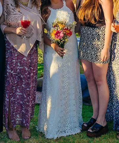 Novia con vestido usado de macrame Free People