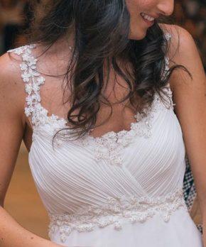Novia con vestido escote en v, tirantes de encaje y drapeado