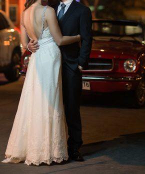 Vestido de novia con espalda rebajada y detalles de pedreria en tonos plata