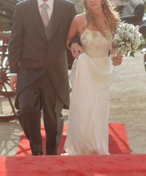 Vestido de novia con bordados a mano y caida recta