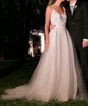 Vestido de novia con corte en la cintura y falda de tul desmontable