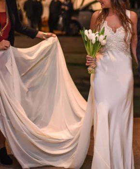 Novia con vestido de seda ajustado, caida recta y top de encaje