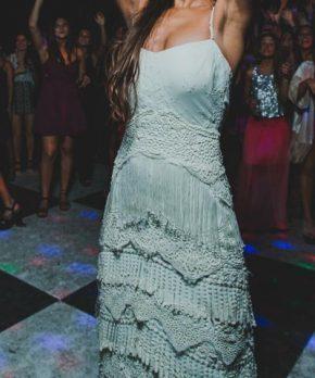 Vestido de novia estilo hippie chic con macrame y flecos