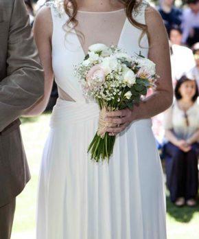 Vestido de novia con corte en la cintura y escote pronunciado tapado por gasa transparente