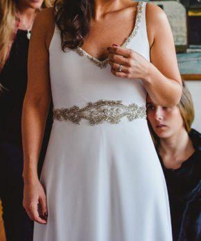 Vestido de novia de gasa con pedreria en tonos plata
