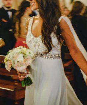 Vestido de novia con corte en la cintura y escote en v