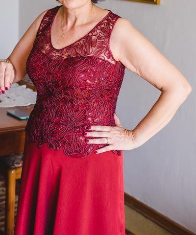 Madrina con vestido de encaje y gasa color rojo italiano