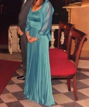 Vestido de madrina de seda con corte en la cintura y escote redondo