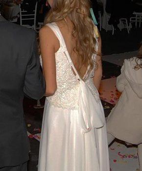 Vestido de novia usado con espalda rebajada y cinta