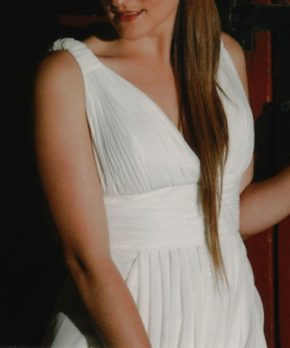 Novia con vestido escote en v estilo romano