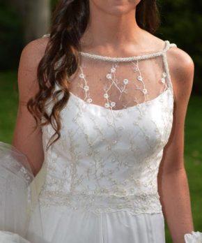 Vestido de novia con top de tul bordado y transparencias