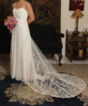 Vestido de novia hecho con tul bordado y pedreria